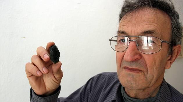 Mineralog Andrej Sučko ukazuje svou sbírku minerálů