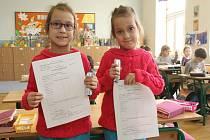Své první vysvědčení ve čtvrtek dopoledne dostali žáci 1.B ze Základní školy Kotlářská v Brně.