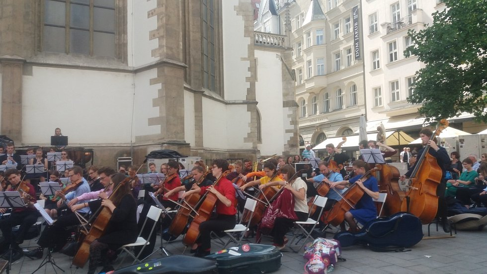 Své dovednosti představil posluchačům studentský sbor a orchestr Technické univerzity z Holandského Delftu Krashna Musika.