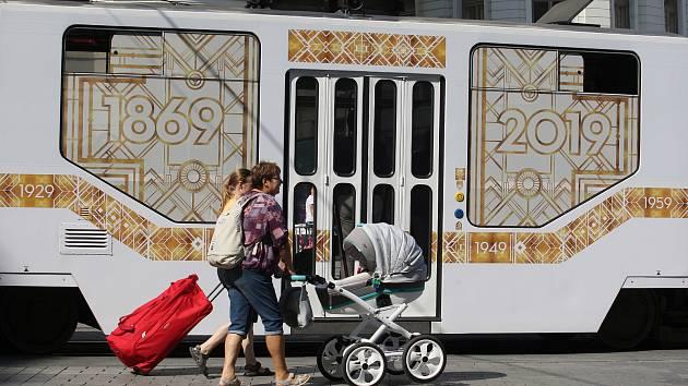 Speciální zlatá tramvaj ke 150. výročí brněnské hromadné dopravy.