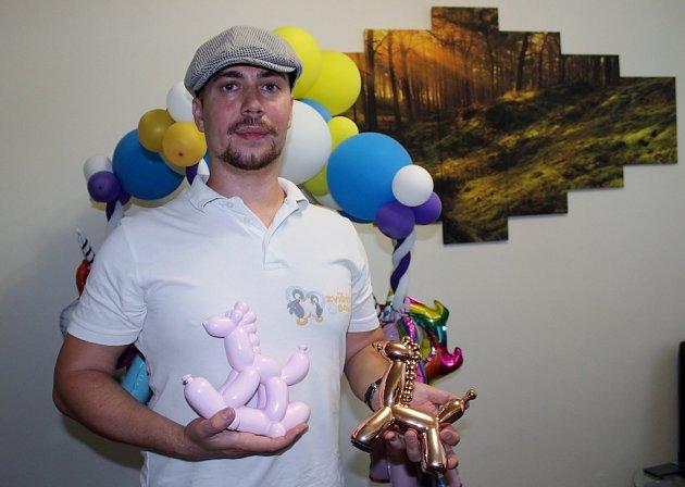 Tomáš Okurek zBrna má netradiční podnikání. Modeluje zbalonků postavy zvířat, vytvořil třeba ihokejisty brněnské Komety.