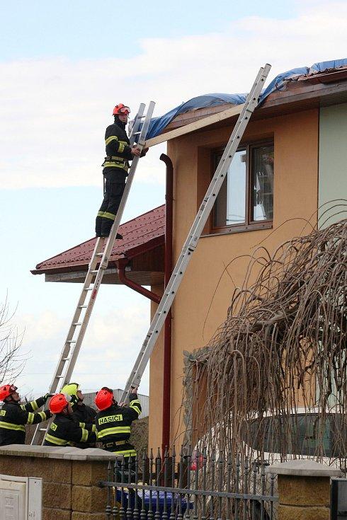 Moutnice 10.2.2020 - hasiči zakrývají strženou střechu v Moutnicích na Brněnsku.