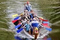Závody dračích lodí na řece Svratce.