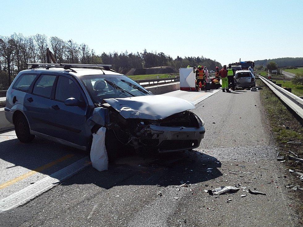 Nehoda dvou osobních aut na 174. kilometru dálnice D1 ve směru na Brno.