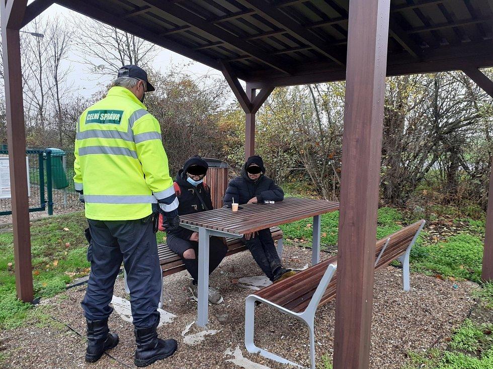 Dvojice nelegálních migrantů, kterou celníci objevili na odpočívce u čerpací stanice na dálnici D2.