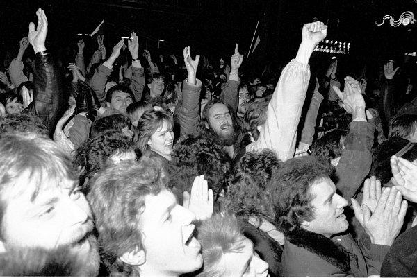 Dvacátého listopadu 1989se vBrně na náměstí Svobody sešli odpůrci komunistického režimu, aby protestovali proti zásahu pořádkových sil vPraze. Demonstrace se tehdy účastnili ibrněnští herci.