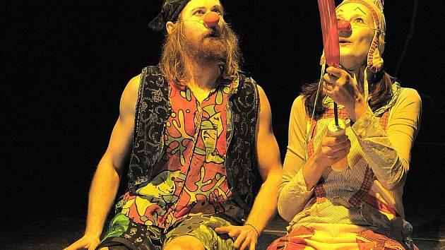 Divadlo Facka má na repertoáru pohybovou klauniádu Oni, která je inspirovaná legendárním souborem Licedějů z Petrohradu, pro děti uvádí zase pohádku Václava Havla Pižďuchové.