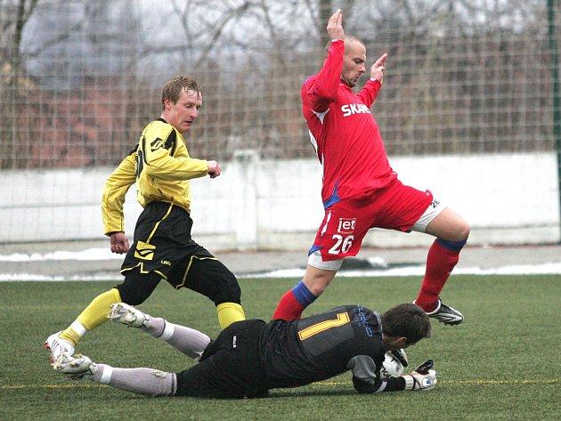 Útočník Tomáš Došek (v červeném) 1. FC Brno.