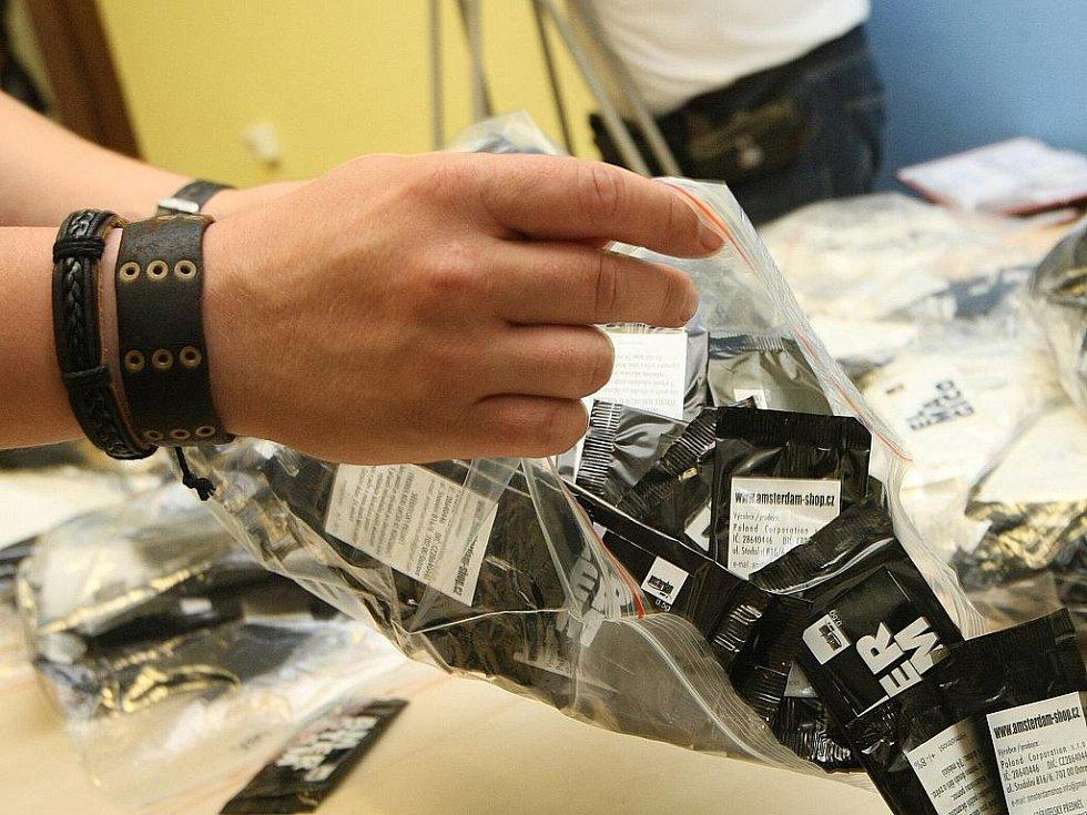 Policisté zabavili zboží z brněnského Amsterdamshopu.