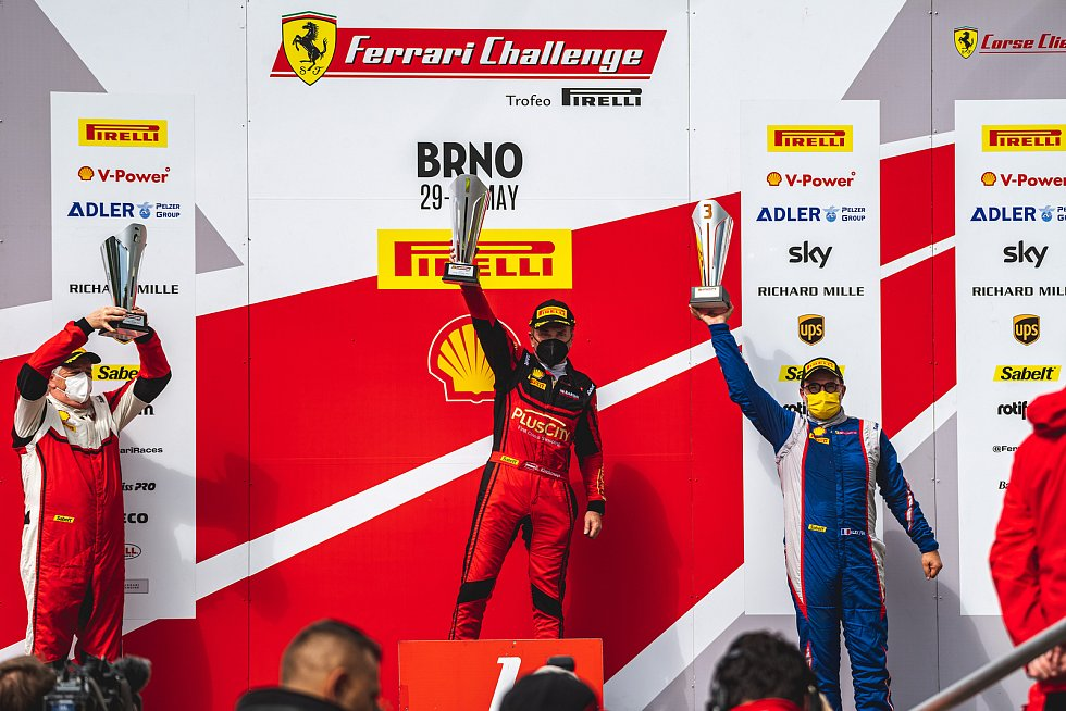 Evropský šampionát Ferrari Challenge na Masarykově okruhu v Brně. 30. května 2021 v Brně. Závod Coppa Shell. Zleva James Weiland USA, Ernst Kirchmayr AUT, Alex FOX FRA.