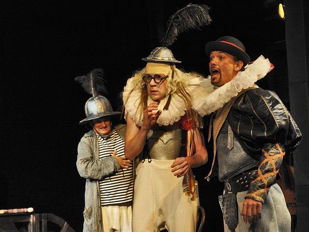 Soubor Radosti pobaví od zítra diváky na své letní scéně dvěma komediemi Václava Klimenta Klicpery Hadrián z římsů a Veselohra na mostě.