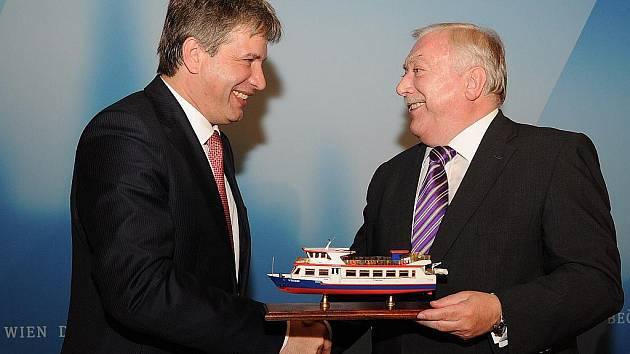 Primátor Roman Onderka předává model lodi Vídeň starostovi Vídně Michaelu Häuplovi jako pozvánku na sobotu 14. května, kdy bude na Brněnské přehradě slavnostně uvedena do provozu loď s názvem Vídeň.