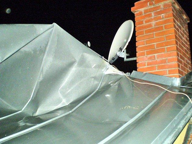 Vítr poškodil střechu domu ve čtvrti Dvorská v brněnských Tuřanech.