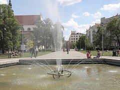 Ve středu parku na Moravském náměstí v Brně je pěticípá kašna.
