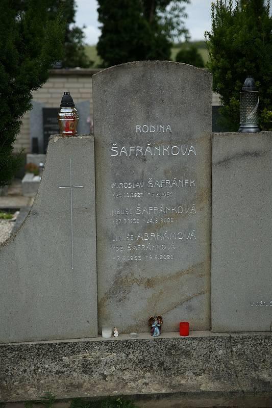 Uložení urny Libuše Šafránkové do hrobu v rodných Šlapanicích