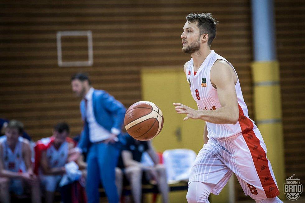 Brněnští basketbalisté (v bílém Jan Kozina) se utkají ve dvojzápase o třetí místo s Kolínem.