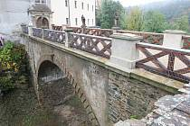 Při svatební cestě po něm šlapal budoucí britský premiér Winston Churchill, po něm němečtí vojáci, rudoarmějci i lesničtí učňové. Železobetonový most z roku 1896 přivádí na hrad Veveří v sezoně zhruba sedmdesát tisíc návštěvníků.