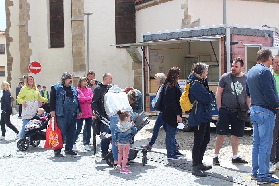 Chřestové speciality i různé druhy vín si vychutnali návštěvníci festivalu na náměstí v Ivančicích na Brněnsku.