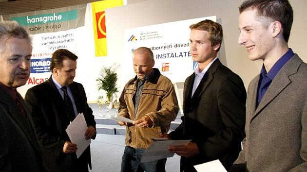 """Vítězové jedné z kategorií v soutěži """"Nejlepší učeň instalatér 2007"""""""