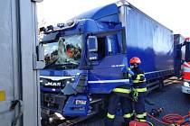 Dálnici D1 u Brna uzavřely hromadné nehody kamionů