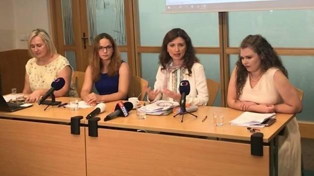 Právnička Tereza Hanalová zprava, vedle Monika Šimůnková a právnička Barbora Matějková .