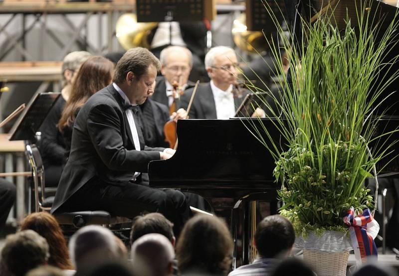 Brněnská filharmonie v čele se svým šéfdirigentem Aleksandarem Markovićem provedla publikum na nádvoří hradu Špilberk zahajovacím koncertem, který slavnostně otevřel 15. ročník festivalu Špilberk 2014.