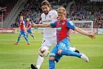 Fotbalisté Zbrojovky (v bílém) podlehli vedoucí Plzni jasně 1:4.