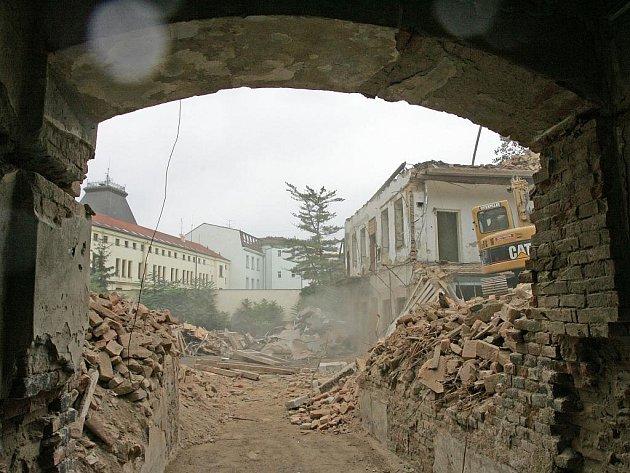 Opuštěný dům v ulici Milady Horákové 23 bourá firma IMPERA. Na jeho místě vyroste nový s kancelářskými prostorami.