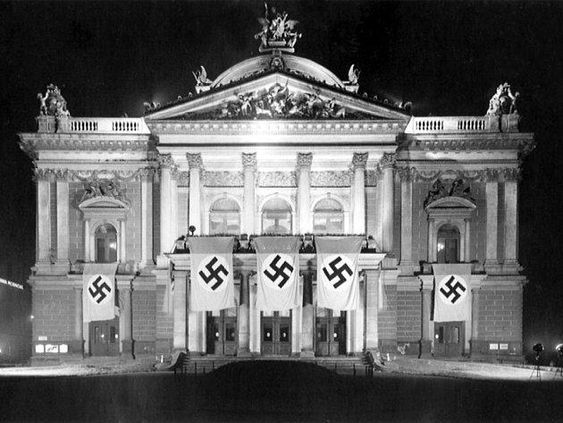 Budova Mahenova divadla na Malinovského náměstí ověnčená nacistickými symboly.