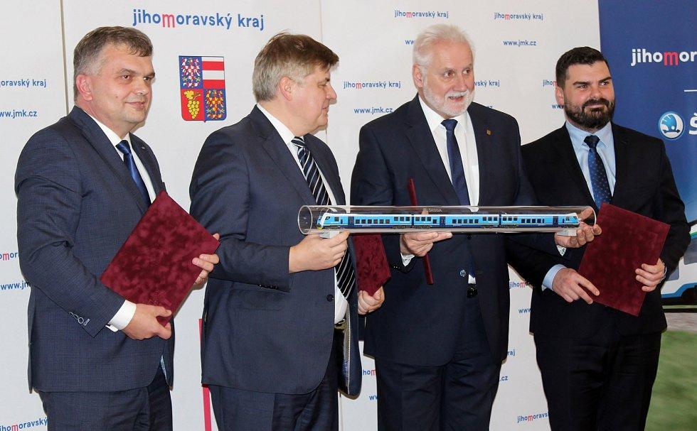 Jihomoravský kraj a Škoda Transportation podepsali v pátek odpoledne smlouvu na nákup 37 nových vlaků.