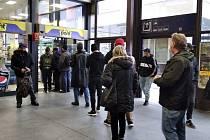 Zákaz prodeje se dnes netýká třeba obchodů na nádražích. Na tom brněnském byla pořádná fronta.