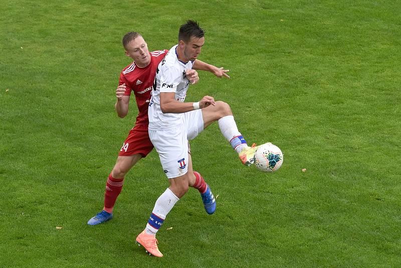 11.7.2020 - domácí SK Líšeň (Martin Zikl) v bílém proti FK Fotbal Třinec (Tomáš Omasta)