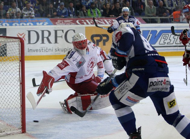 Hokejisté Komety Brno (v modrém) zvítězili ve třetím finálovém utkání 3:2 a ujali se vedení v sérii 2:1 na zápasy.