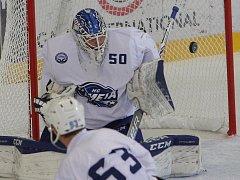 Rozehrát, nebo sedět. Hokejový brankář Vejmelka (na snímku) se učí pravidla