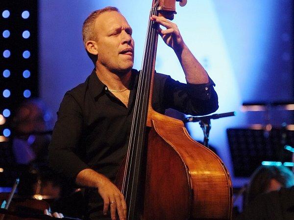 Závěrečný koncert čtrnáctého ročníku mezinárodní přehlídky JazzFestBrno patřil světoznámému izraelskému kontrabasistovi a zpěvákovi Avishaii Cohenovi, který vBobycentru zahrál sbrněnskou filharmonií.