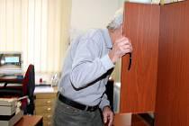 Vidět a zůstat skryt. Bývalý major StB Miloš Duba specializovaný na sledování se ukrývá ve skříni