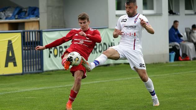 Fotbalový zápas druhé ligy mezi brněnskou Líšní (v bílém David Pašek) a Třincem, který skončil remízou 1:1.