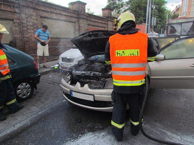 Požár zničil majiteli jeho auto.