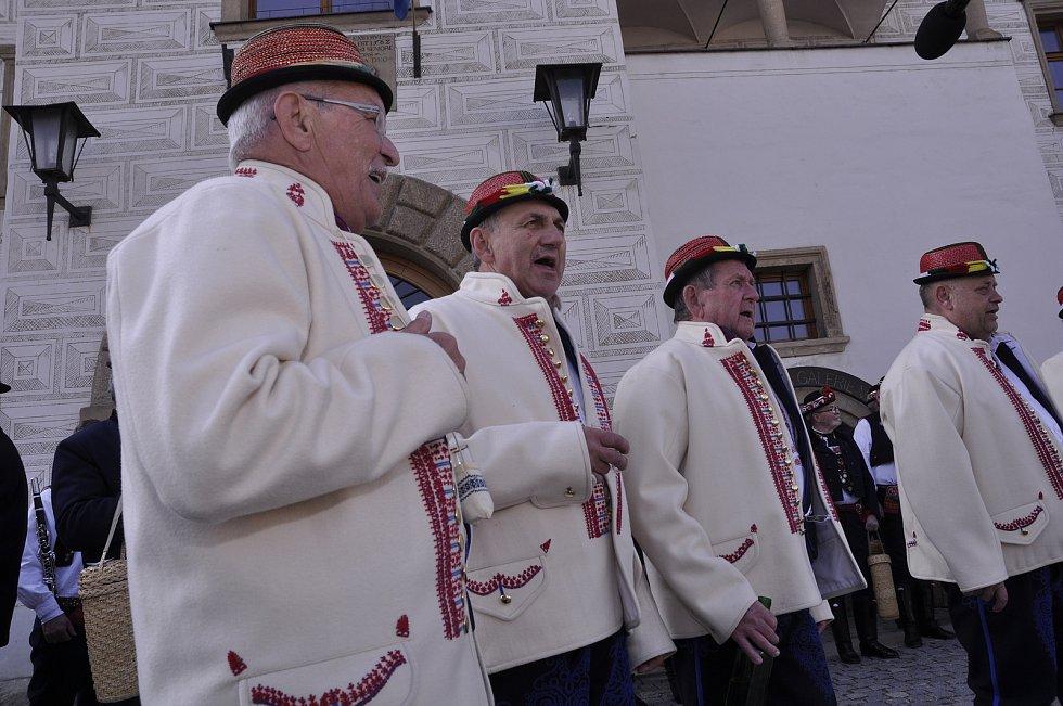 K folklorním událostem tradičně patří hromadný zpěv.