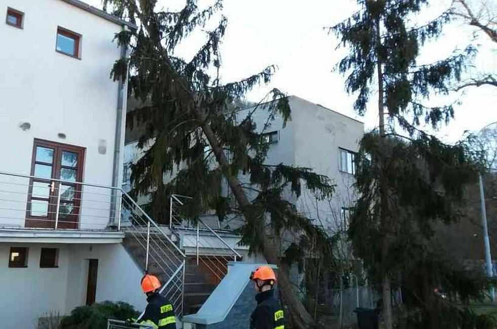 Hasiči na jihu Moravy vyjížděli k více než dvěma stům událostem souvisejících se silným větrem.