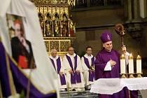 Vzpomenout modlitbou na zádušní mši za nedávno zesnulého kardinála Miloslava Vlka přišlo do katedrály svatých Petra a Pavla na brněnský Petrov víc než pět set lidí. Mši celebroval brněnský biskup Vojtěch Cikrle.