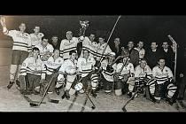 Vítězové. Hráči ZKL Brno oslavovali titul v roce 1966.
