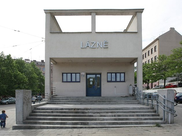 Funksionalistická budova bývalých lázní na Kopečné v Brně.
