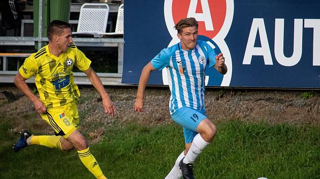 Fotbalista Milan Lutonský (v modrém) naposledy hostoval rok a půl v Prostějově.