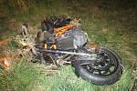 Při pronásledování motorkář nezvládl řízení a havaroval na kruhovém objezdu.