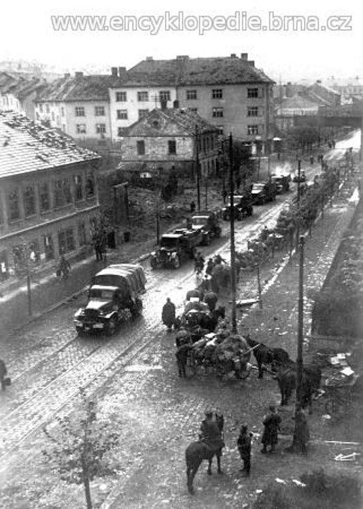 Ruská kolona projíždějící Vranovskou ulicí.