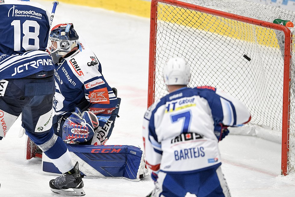 Utkání předkola play off hokejové extraligy - 5. zápas: HC Vítkovice Ridera - HC Kometa Brno, 16. března 2021 v Ostravě. Brankář Vítkovic Daniel Dolejš dostává gól na 1:2.