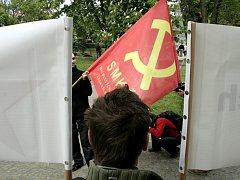 Transparenty poblíž byly znakem nespokojenosti s novou podobou památníku.