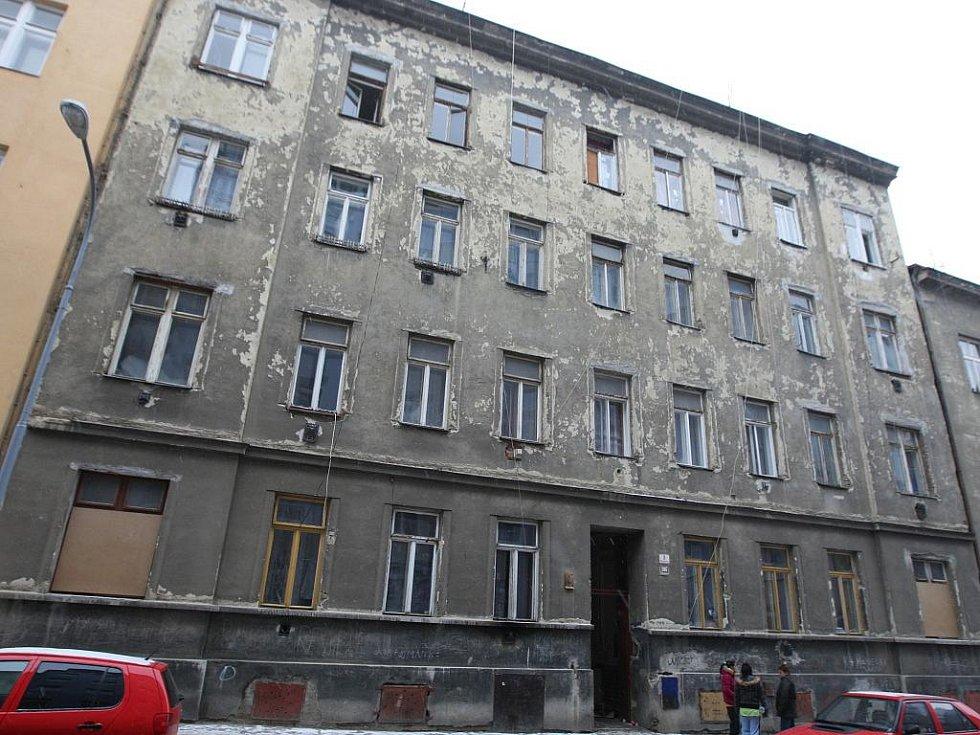 Vyhořelý byt ve Spolkové ulici.