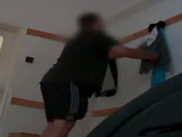 Spolupráce židenických kriminalistů s členy sportovního klubu ve Slatině přinesla ovoce. Podařilo se jim dopadnout podezřelého, který v šatně kradl hráčům peníze, zatímco byli na hřišti.